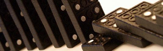 Der Fall von Dominosteinen wird durch einen einzelnen, querliegenden Stein gebremst