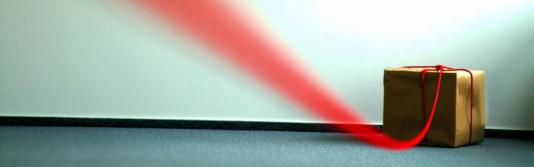 Roter Faden an braunem Karton | Panoramaformat