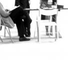 Gruppe sitzt arbeitend an einem Tisch