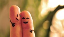 Zwei Finger mit aufgemalten Augen und Armen wirken, als würden sie sich umarmen