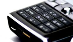 Schwarze Handytastatur mit weißen Ziffern