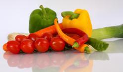 Gemüse auf spiegelndem Untergrund
