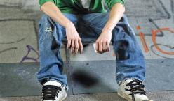 Junge sitz auf Stufe vor Skateboard