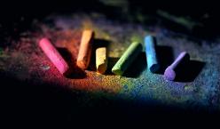 bunte Kreide in Regenbogenfarben