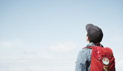 Jugendlicher schaut in den Himmel