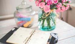 Kalender mit Blumen auf einem Tisch