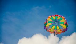 Fallschirm am blauen Himmel