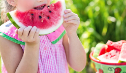 Kind mit Wassermelone