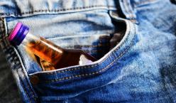 Jeanstasche mit kleiner Alkoholflasche