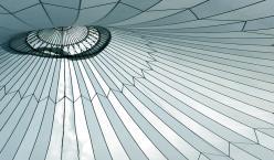 Blick von Innen auf die Kuppel eines großen Zelts